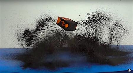Un potente imán, un trampolín y arena de magnetita grabados en cámara lenta para ver de forma perfecta los campos magnéticos