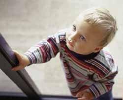 Bebé de ocho meses encierra a su madre en el balcón