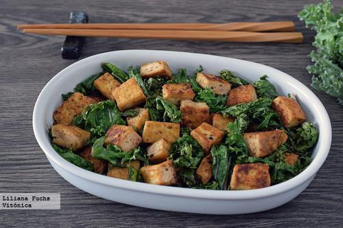 Salteado rápido de tofu y kale con sésamo. Receta saludable