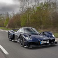 El Aston Martin Valkyrie está más cerca: ya ha sacado a pasear sus 1.176 CV híbridos por carretera abierta