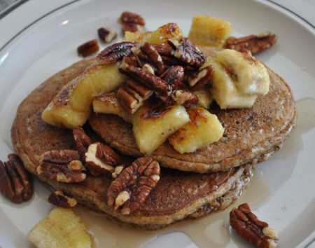 Hot cakes con nueces y plátano