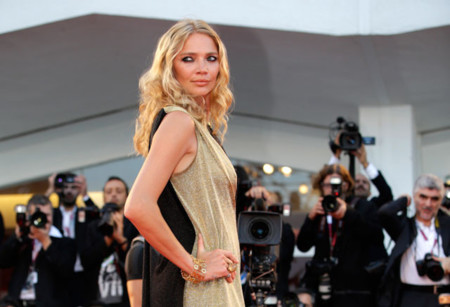 Modelo Jodie Kidd atendiendo al Festival de Cine de Venecia alfombra roja Under the skin
