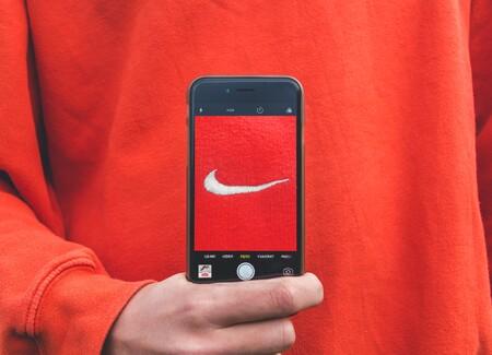 Nueve sudaderas de Nike rebajadas de hombre y mujer para estrenar este otoño y no pasar frío