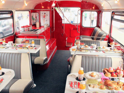 ¿La mejor manera de recorrer el centro de Londres? Merendando en un autobús clásico de 2 pisos reconvertido en salón de té
