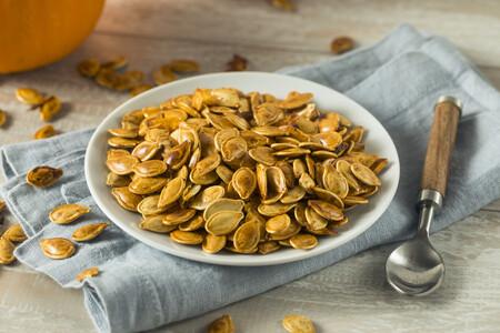 Nueve formas de aprovechar las semillas o pipas de calabaza en la cocina (y muchas recetas para disfrutarlas)