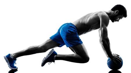 Burpees sobre balón medicinal, plank en pared y otros tres ejercicios en sus variaciones más intensas