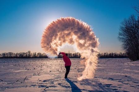 """El último viral absurdo consiste en lanzar agua hirviendo y se llama """"boiling water challenge"""""""