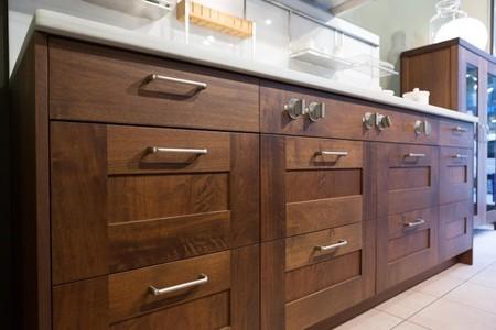 Una buena idea tiradores de metal creando contraste con muebles de madera en la cocina - Tiradores de puertas de cocina ...