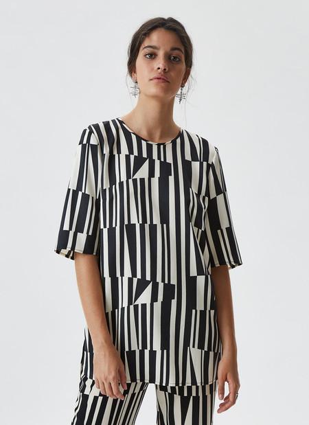 https://www.adolfodominguez.com/es/camisa-con-estampado-bicolor-21935526692?c=2193552667