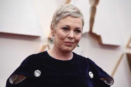 Olivia Colman sorprende con un gran cambio de look en la alfombra roja de los Premios Oscar 2020
