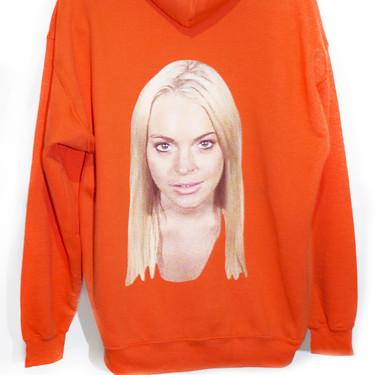 Así es la sudadera naranja con la foto de la ficha policial de Lindsay Lohan que Operación Triunfo ha puesto de moda