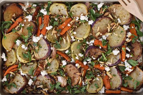 Colinabos al horno especiados con frutos secos y queso feta: receta vegetariana facilísima y repleta de sabor