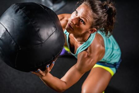 Tres ejercicios con balón medicinal para entrenar todo tu cuerpo en tiempo récord
