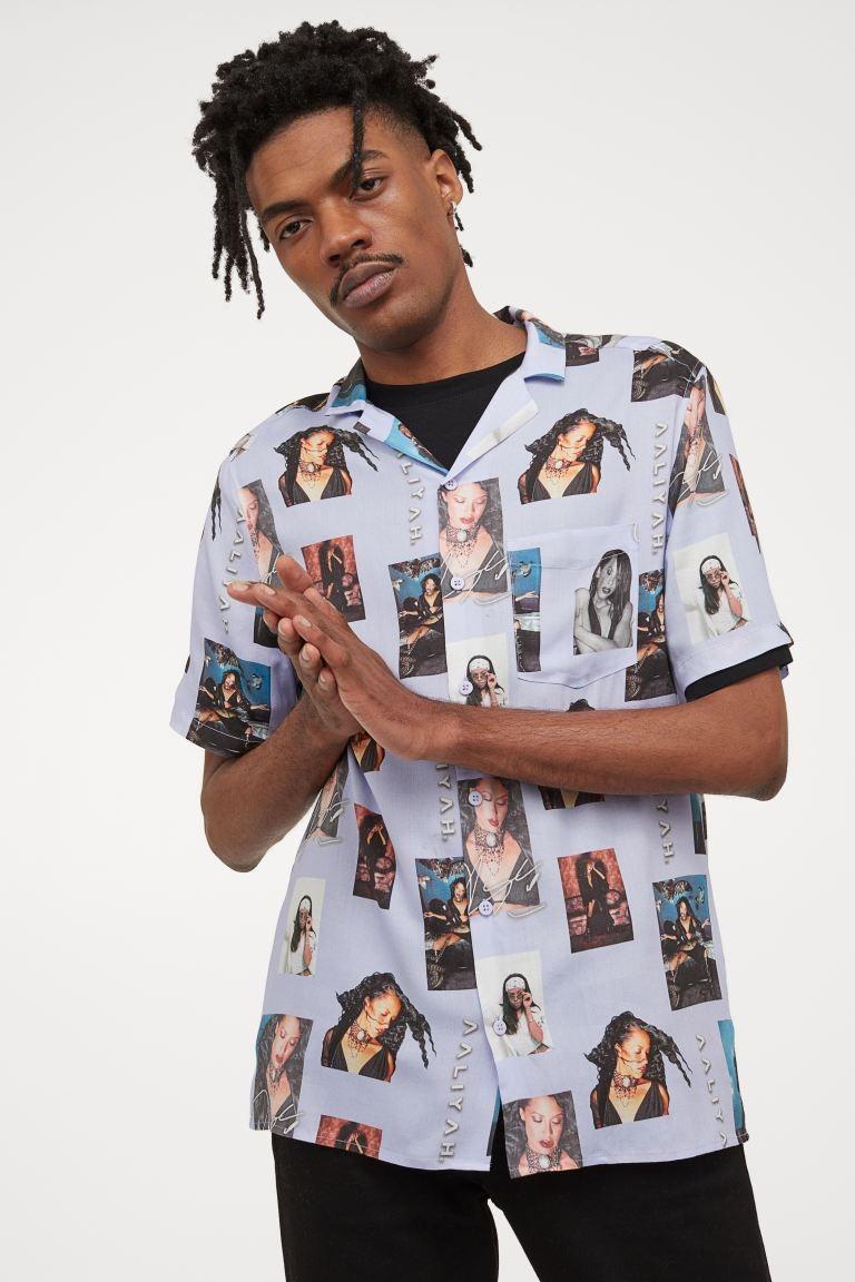 Camisa de manga corta en tejido estampado con cuello abierto, tapeta lisa y bajo recto.