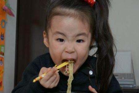 Rino, la niña japonesa que come platos de todo el mundo