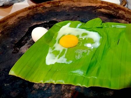 Huevos al vapor en hoja de plátano con salsa de chile chipotle. Receta fácil para el desayuno