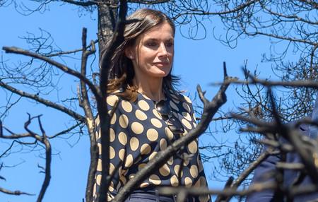 Doña Letizia escoge un look de oficina de lo más sobrio para su visita a Gran Canaria