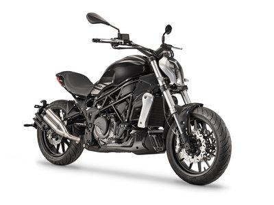 Benelli 402 S, o cuando la Ducati XDiavel se 'reencarna' en una versión accesible para el carnet A2