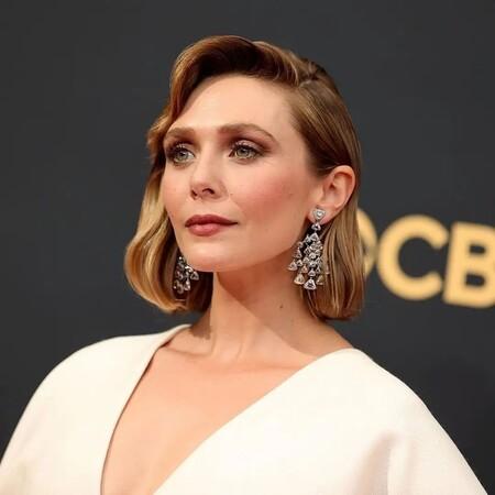 Elizabeth Olsen brilla de blanco en la alfombra roja de los Premios Emmy 2021 con un vestido diseñado por sus hermanas