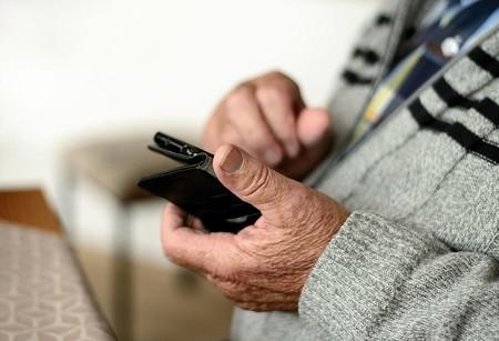 Guía de compra de móviles para mayores: consejos y recomendaciones en función del uso y modelos destacados