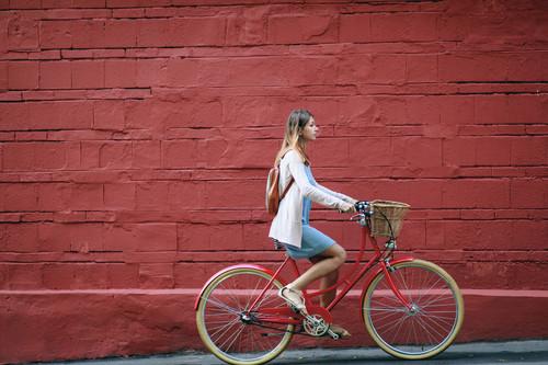 Al trabajo en bici tras el confinamiento: lo que tienes que saber para circular en bici por la ciudad con seguridad, y nuestra selección de bicicletas urbanas