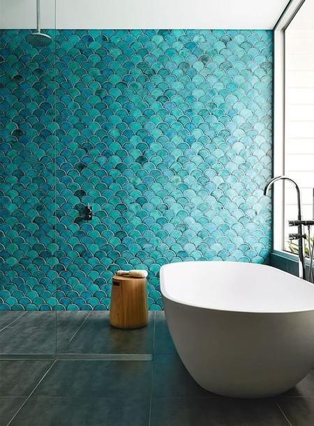 Los azulejos de escamas es la tendencia más refrescante para el baño, ¿te animas?
