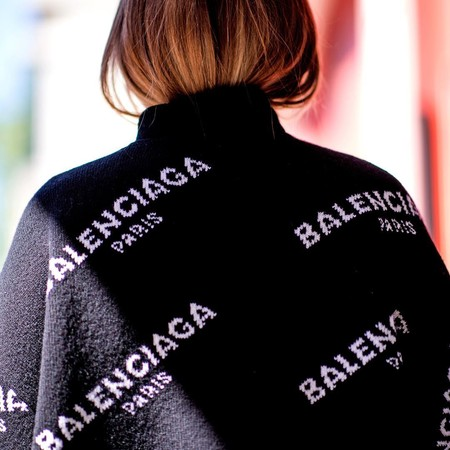 La logomanía de Balenciaga inunda el street style