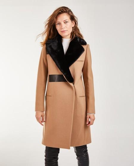 Abrigo de mujer con cuello piel sintética y bolsillos de ojal pespunteado