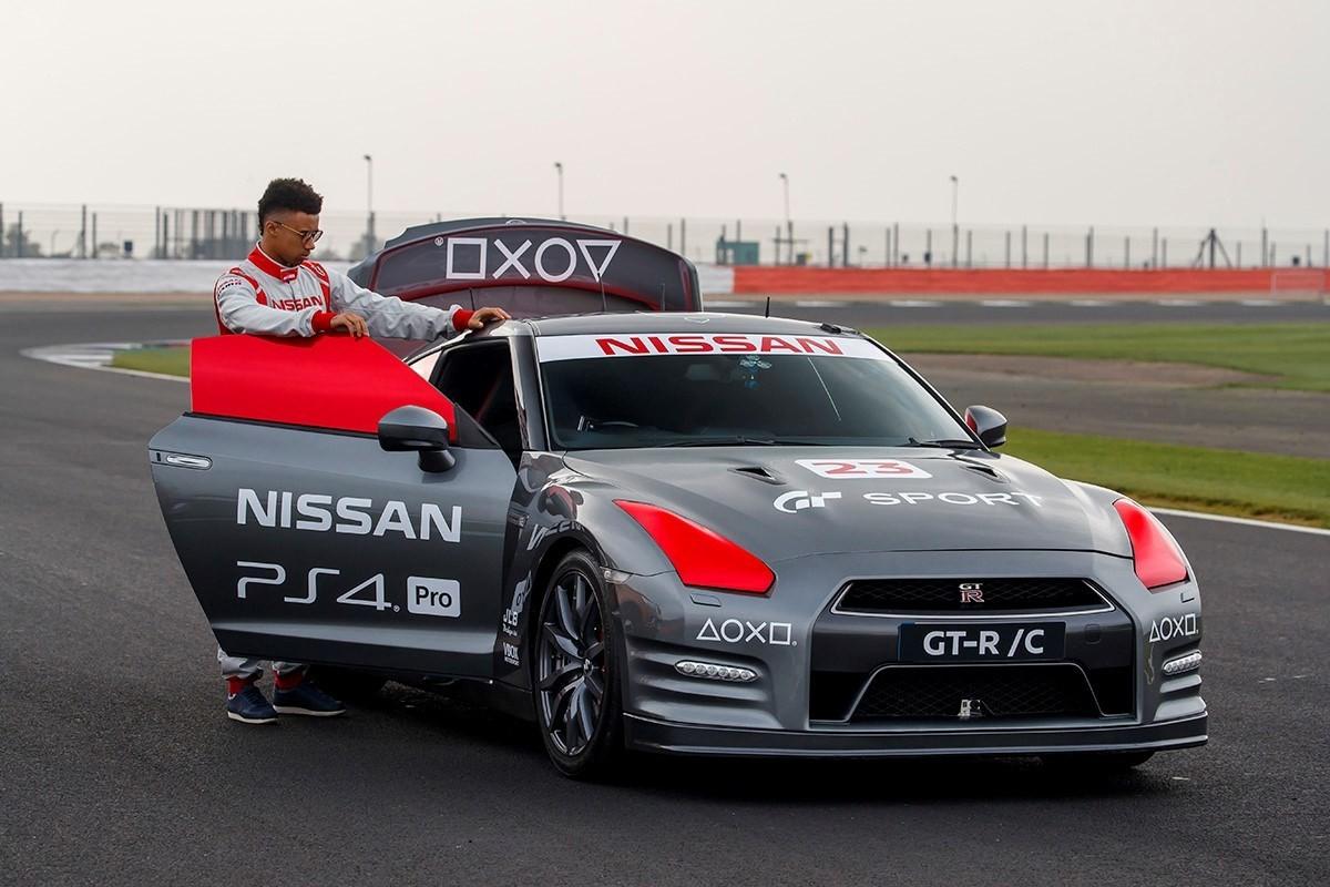 Este Nissan GT-R se conduce con un control de Playstation (Video)
