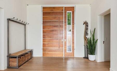 Casa En Malibu De Chris Hemsworth Y Elsa Pataky Recibidor Con Puerta De Madera