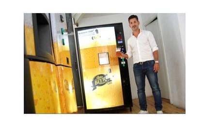 Unos emprendedores granadinos inventan la máquina expendedora de cañas de cerveza