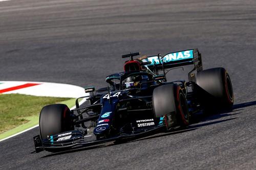 Lewis Hamilton gana una maratoniana carrera de Fórmula 1 con dos banderas rojas y solo doce coches en meta