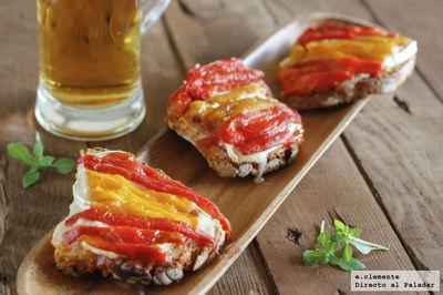 Tostas de mermelada de tomate, queso de cabra y pimientos. Receta