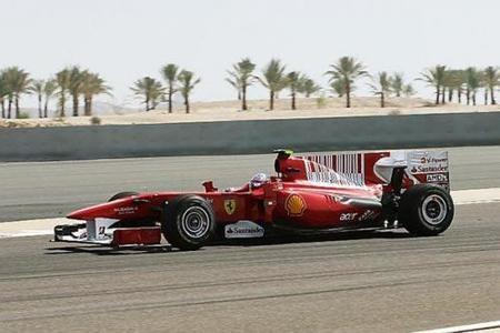 Fernando Alonso y Ferrari dan el primer golpe en la mesa en Bahréin