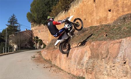 ¡Magistral! Subirse por las paredes con una moto de enduro parece fácil después de ver estos vídeos de Pol Tarrés