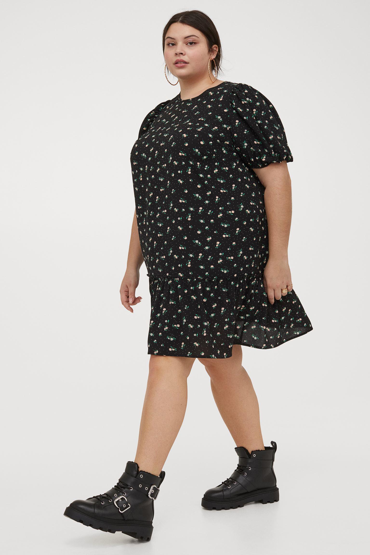 Vestido corto recto de tela con cuello redondo y manga corta abullonada