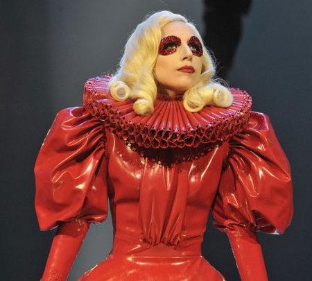 Lady Gaga muy formal en su actuación ante la Reina de Inglaterra