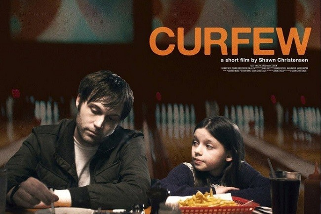 Imagen con el cartel de 'Curfew'