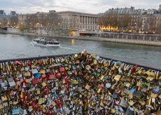 París quiere vender todos los candados del Pont des Arts y donar lo recaudado a los refugiados