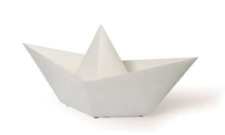 Una lámpara con forma de barquito de papel