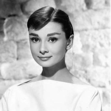 Así fue la perfecta historia de amistad entre Audrey Hepburn y Hubert de Givenchy (con la que nació un perfume que se reedita hoy)