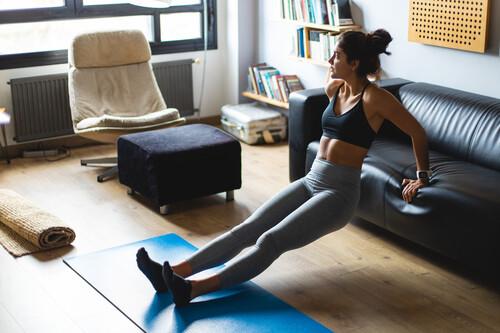 Cómo organizar tu propio plan de entrenamiento en casa y sin material: ejercicios, series, repeticiones y descansos