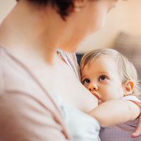 Solo un 47% de las madres sigue dando el pecho a su bebé a los seis meses: cómo lograr la lactancia prolongada