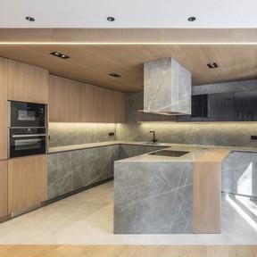 Puertas abiertas: de vivienda segmentada y oscura a casa espaciosa y luminosa