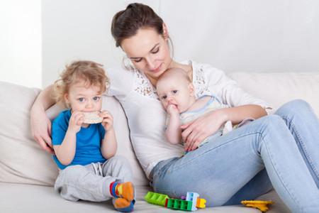 Madre En Casa Con Dos Hijos