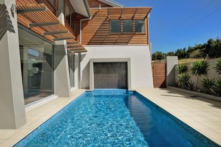 Para un verano sin sustos suelos antideslizantes for Decoracion patio con piscina