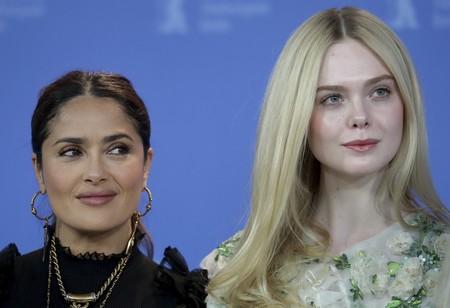 Mientras Elle Fanning enamora con su look en la Berlinale, Salma Hayek no acaba de convencer