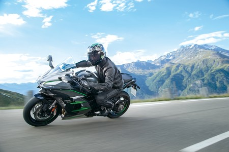 Kawasaki Ninja H2 SX SE+, una sport-turismo sobrada de tecnología por 26.725 euros y un año de seguro