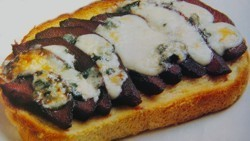 Tosta de peras al Oporto y queso azul