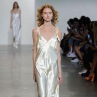 Calvin Klein Collection se vuelve un poco más romántico en su colección de Primavera/Verano 2016